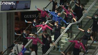 À terre, les hôtesses de l'air dansent : chorégraphie à l'aéroport de Budapest