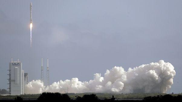 لحظة انطلاق صاروخ أطلس 5 الذي سيضع الطائرة الجوية X-37B في المدار