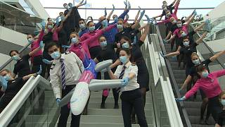 استقبال از مسافران فرودگاه بوداپست با رقص دستهجمعی مهمانداران