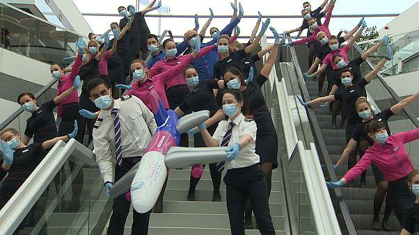 """شاهد: رقصة جماعية لطاقم شركة """"ويز إير"""" في مطار بودابست"""