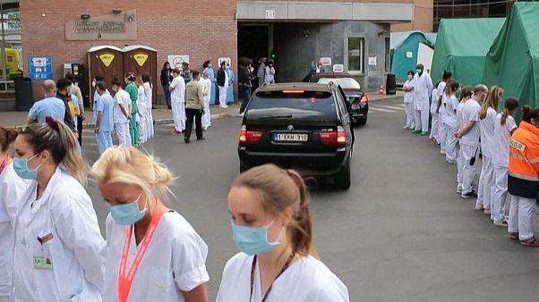 Belgium: hátat fordítva tiltakoztak a kormányfő ellen az egészségügyi dolgozók