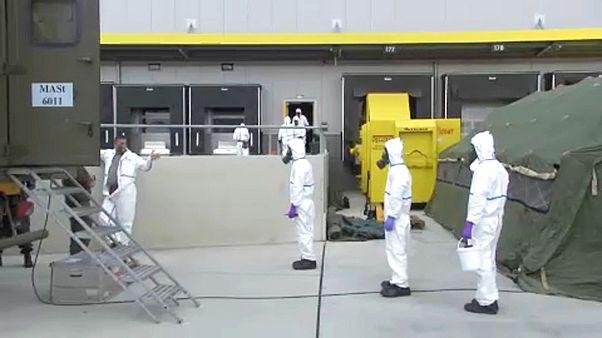 Soldaten gegen Coronavirus bei Paket-Verteiler