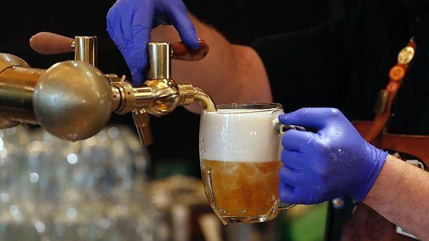 Meksika'da Covid-19: Bira stokları tükenince sahte içkiden ölenlerin sayısı arttı
