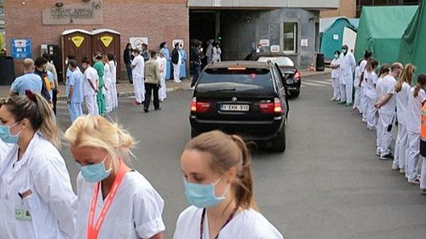 شاهد: عمال صحيون يديرون ظهورهم لرئيسة الوزراء البلجيكية