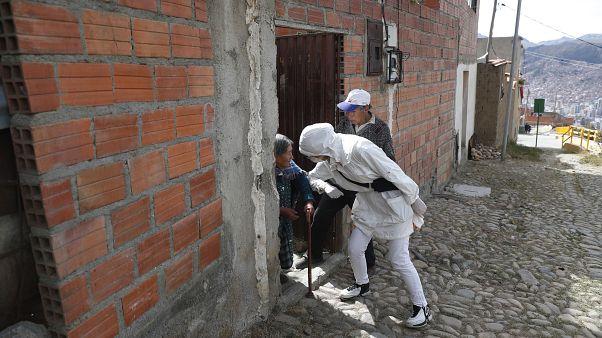خلال تقديم المساعدات لأحد المسنين