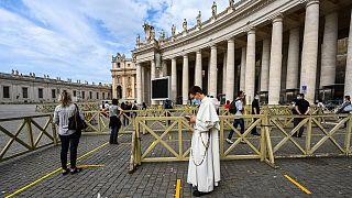 Dispositif de sécurité déployé à l'entrée de la basilique Saint-Pierre, le 18 mai 2020.