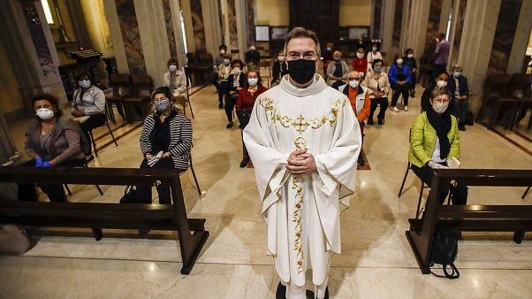 Itália reabre igrejas e comércio