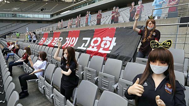Tribünlere şişme kadın koyduğu iddia edilen futbol kulübü özür diledi