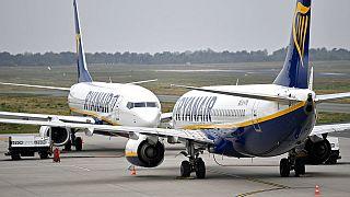 Ryanair repülőgépek állnak egymással szemben a németországi Weeze repülőterén 2018. szeptember 12-én