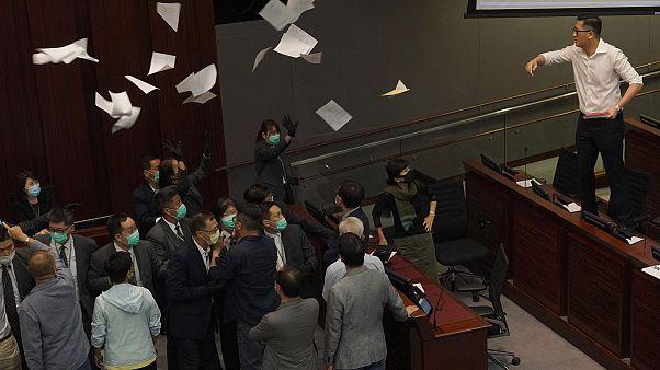 """""""Batalha campal"""" no parlamento de Hong Kong"""