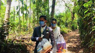 بالصور: فيروس كورونا يحول زفاف ثنائي سريلانكي إلى عمل خيري