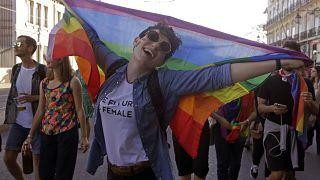 (Archiv) Eine Teilnehmerin auf der LGTBI-Pride Parade in Lissabon (Photo by JOSE MANUEL RIBEIRO / AFP)