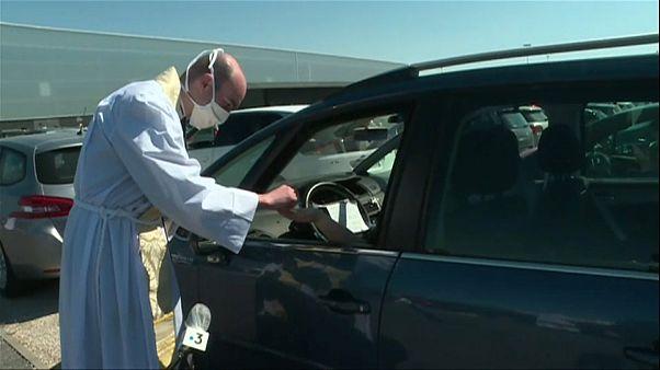 شاهد: فرنسيون يشاركون من سياراتهم في أول قداس جماعي بعد تخفيف الحظر
