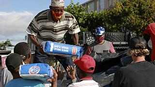 کمک باندهای خلافکار برای توزیع غذا در مناطق فقیرنشین کیپتاون