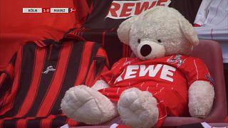 Papírmasé szurkolók a Bundesliga-meccsen