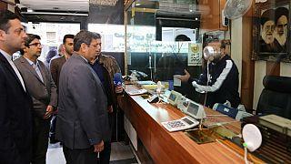 عبدالناصر همتی، رئیس کل بانک مرکزی ایران در حال بازرسی از یک صرافی