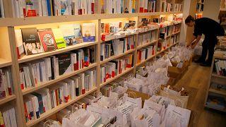 Szállításra váró csomagok egy franciaországi könyvesboltban