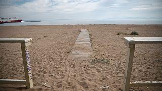 Une plage alors fermée en Grèce le 29 avril 2020
