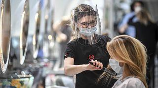 Milánó: csattoghat az olló, hullik a haj, készül a tartós hullám