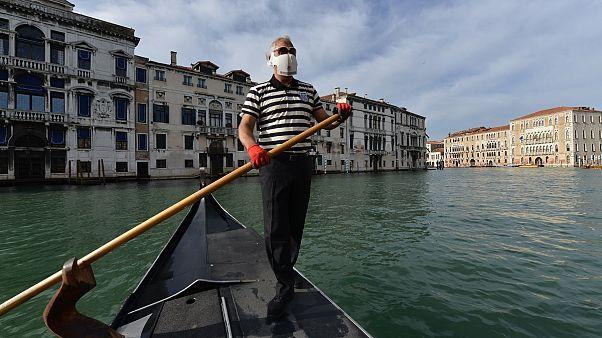 شاهد: قوارب الجندول تعود إلى مياه فينيسيا الإيطالية بانتظار عودة السياح