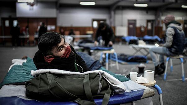 Un réfugié dans le gymnase Jean Jaurès à Paris après que le camp dans lequel il vivait a été évacué, le 29 mars 2020
