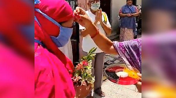قدردانی از کادر درمانی مقابله با ویروس کرونا به سبک مردم هند