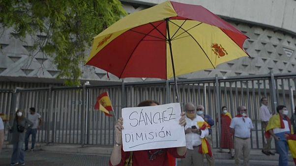 Covid-19 önlemlerini hafifletmeye başlayan İspanya'da ilk sokak protestosu: Başbakan istifa
