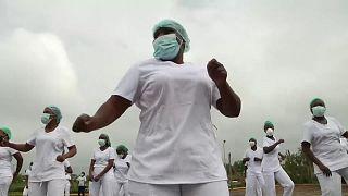 پرستاران کنیایی برای تقویت روحیه زومبا میرقصند