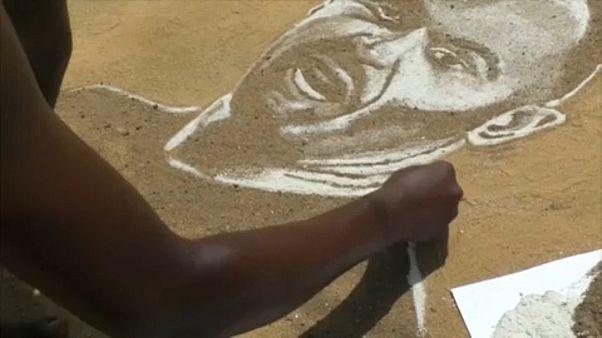 شاهد: فنان كاميروني يرسم أساطير كرة القدم بالرمال