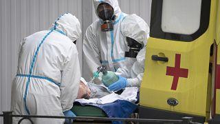 Медики доставили нового пациента в больницу для заразившихся коронавирусом.