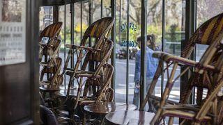 شاهد: الكراسي الفارغة.. طريقة أصحاب مطاعم باريس للتعبير عن قلقهم