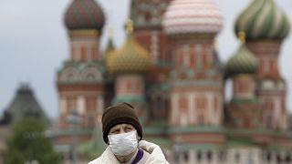 Moskova'daki Kızıl Meydan'da koronavirüsten dolayı maskesiyle yürüyen bir vatandaş