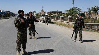قوات الأمن الأفغان  بالقرب من موقع انفجار سيارة مفخخة