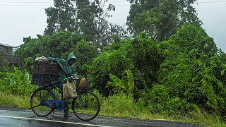 Kıyı şeridine yaklaşan Amphan siklonu nedeniyle Hindistan ve Bangladeş'te 2,5 milyon insan tahliye ediliyor.