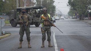 Soldados armados patrullan en Santiago de Chile