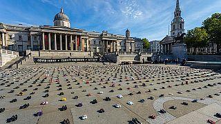 مظاهرة ضد سياسات المناخ بأحذية الأطفال في لندن