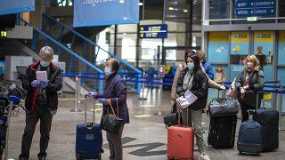 مسافرون بمطار أمريكي