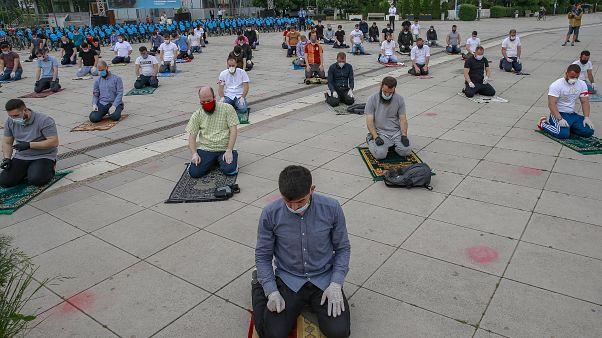 Gläubige auf dem Skanderbeg-Platz in Pristina beim Gebet