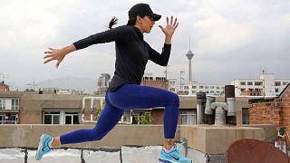 تمارس العدّاءة الإيرانية مريم طوسي التدريبات من على سطح المبنى الذي تقطنه في العاصمة الإيرانية طهران، 19 مايو 2020