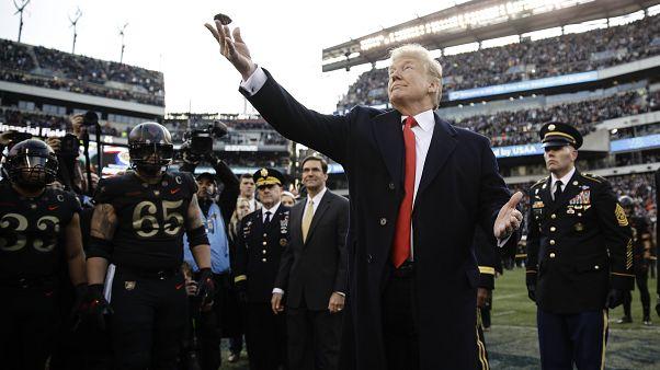 ABD Başkanı Donald Trump yazı-tura atarken