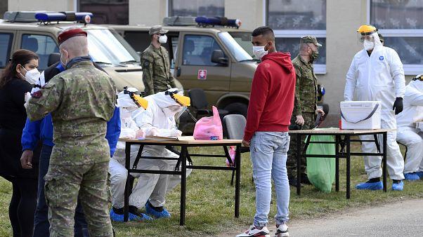 مقيم من قرية جاروفنيس شرقي سلوفاكيا يخضع لاختبار كوفيد-19 - 2020/04/03