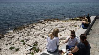 """В ЕС постепенно вводится практика """"динамичных пляжей"""", где больше простора и бельше дезинфекции"""