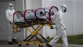 المسعفون الطبيون ينقلون مريضًا يشتبه في إصابته بفيروس كورونا المستجد مستشفى في المكسيك