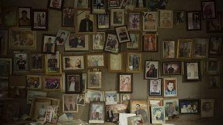 صور لأيزيديين قتلوا في 2014 على يد مسلحي تنظيم الدولة الإسلامية، في غرفة صغيرة في شمال العراق.
