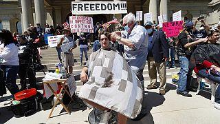 ABD'de yasağa uymadığı için lisansını kaybeden berbere destek protestosu