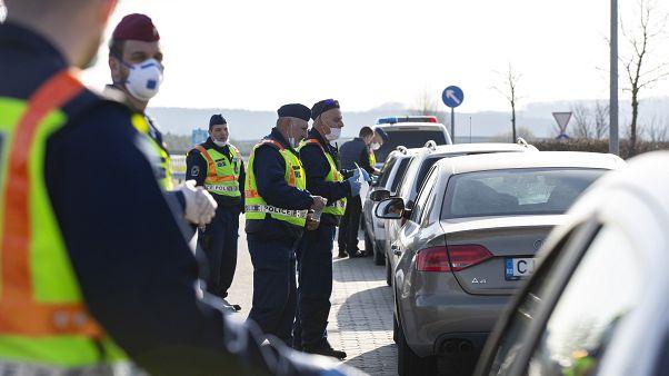 Rendőrök ellenőriznek beérkező autósokat a magyar-szlovén határ közelében, az M70-es sztráda csörnyeföldi pihenőjénél