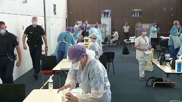 Policías de Lille se someten a una prueba para detectar si están infectados