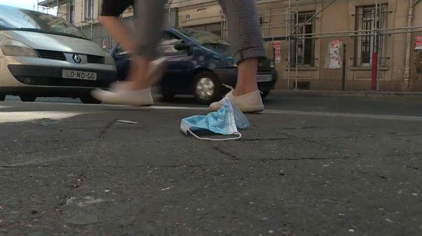 Egyre több eldobott maszk az utcákon