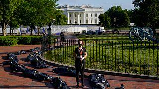 احتجاجاً على إدارة الرئيس ترامب لأزمة كورونا، وضع متظاهرون أكياس فضلات بها أجساد وهمية لضحايا كورونا، أمام البيت الأبيض