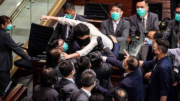 اشتبكات داخل الهيئة التشريعية في هونغ كونغ إثر انتخاب مشرع مؤيد لبكين رئيساً للجنة رئيسية في البرلمان- 18 مايو 2020
